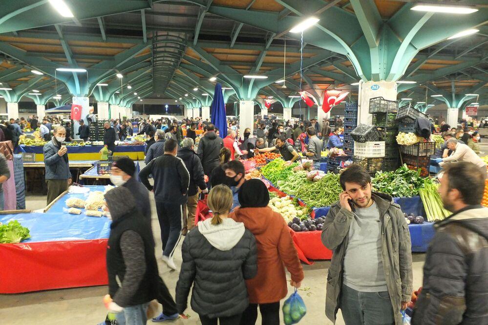 Balıkesir'in Bandırma ilçesinde 2 gün süreyle uygulanacak sokağa çıkma yasağı öncesinde vatandaşlar Cumartesi günleri kurulan pazar yerine geceden akın etti. Pazarcılar ellerindeki ürünleri hızla satma telaşına girdi.