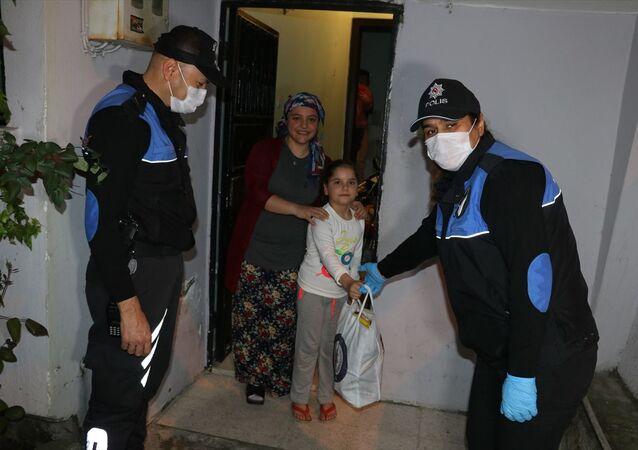 Emniyet Müdürlüğüne e-postayla başvuran 8 yaşındaki Esengül Özil de dışarı çıkamadığı için polislerden çikolata ve cips talebinde bulundu. Özil'in yaşadığı merkez Seyhan İlçesi Yeşilevler Mahallesi'ndeki evine giden polis, hazırladığı paketi Özil'e hediye etti.