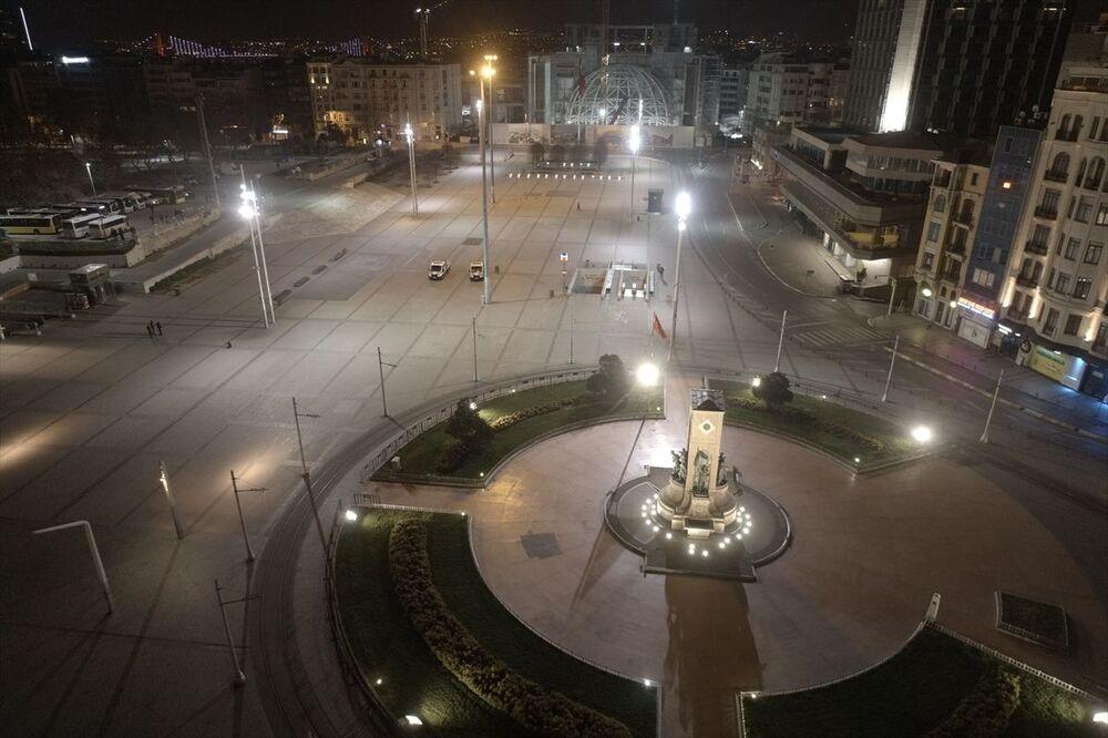 İstanbul'da yeni tip koronavirüs (Kovid-19) salgınıyla mücadele kapsamında sokağa çıkma yasağı nedeniyle cadde ve sokaklar boş kaldı. İstanbul'da İstiklal Caddesi, gece drone ile görüntülendi.