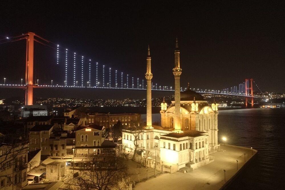 İstanbul'da yeni tip koronavirüs (Kovid-19) salgınıyla mücadele kapsamında sokağa çıkma yasağı nedeniyle cadde ve sokaklar boş kaldı.