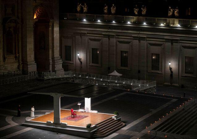 Koronavirüs salgını hayatın her alanı olumsuz etkilemeye devam ederken, Katoliklerin ruhani lideri Papa Francis, koronavirüs salgını nedeni ile tarihte ilk kez Vatikan'da bulunan Petrus Bazilikası'nda cemaat olmadan Paskalya ayini düzenledi.