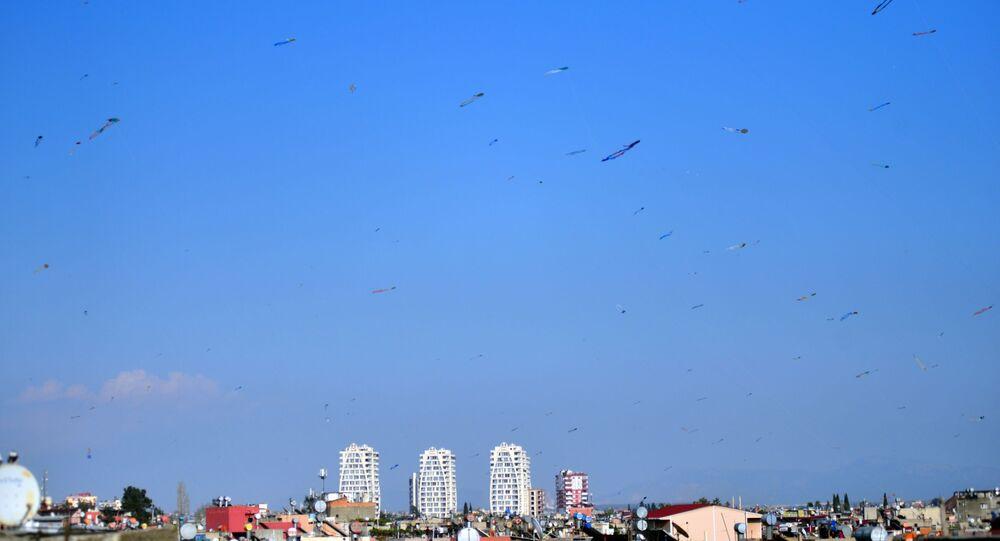 Adana'da, sokağa çıkma yasağı nedeniyle evde kalan vatandaşlar evlerinin damından yüzlerce uçurtma uçurdu.