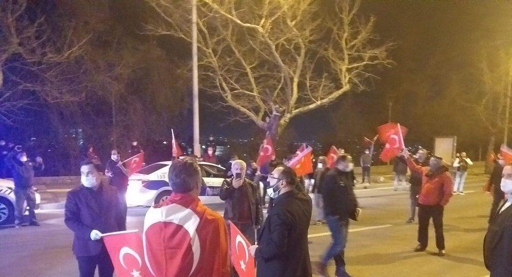Cumhurbaşkanı Recep Tayyip Erdoğan'ın İçişleri Bakanı Süleyman Soylu'nun istifasını kabul etmemesinin ardından Ankara'da vatandaşlar, sokağa çıkma yasağının bittiği saat 00.00'da balkon ve camlara çıkarak sevinç gösterisinde bulundu.