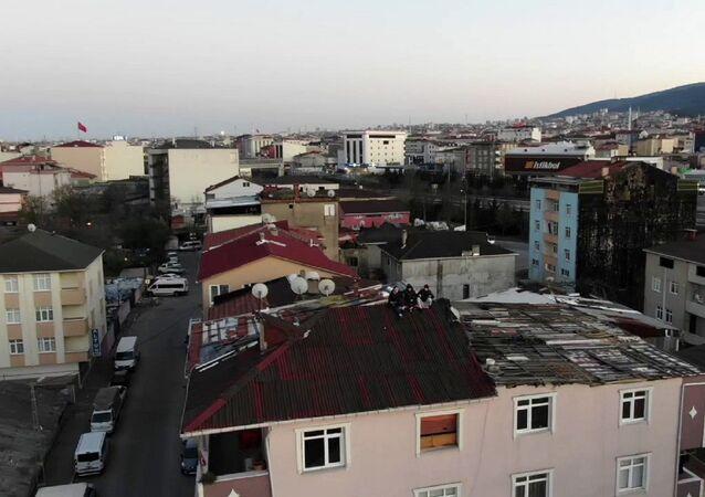 İstanbul Sultanbeyli'de çatıya çıkan gençler, devriye ekipleri tarafından drone ile uyarıldı. Polis, gençlere, Ne işiniz var çatıda? İnin aşağı! anonsu yaparken sosyal mesafeye de uymadıklarını söyledi. Gençler de polisin uyarısı sonrası aşağıya indi.