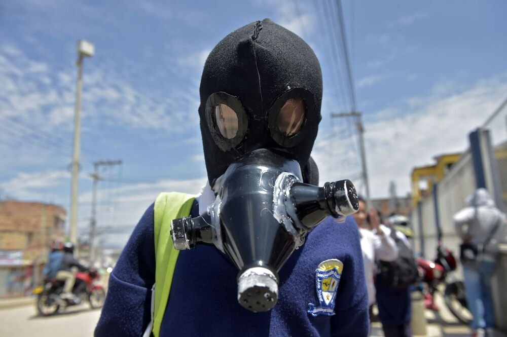 Geri dönüştürülmüş atıklardan yapılan gaz maskesi takan Kolombiyalı bir üniversite öğrencisi.