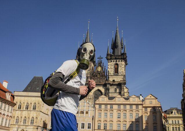 Çek Cumhuriyetinin başkenti Prag'da gaz maskesi takan bir adam.