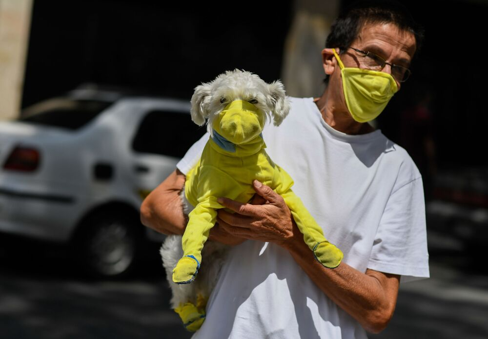 Venezüella'da görüntülenen maskeli adam ile maskeli köpeği.