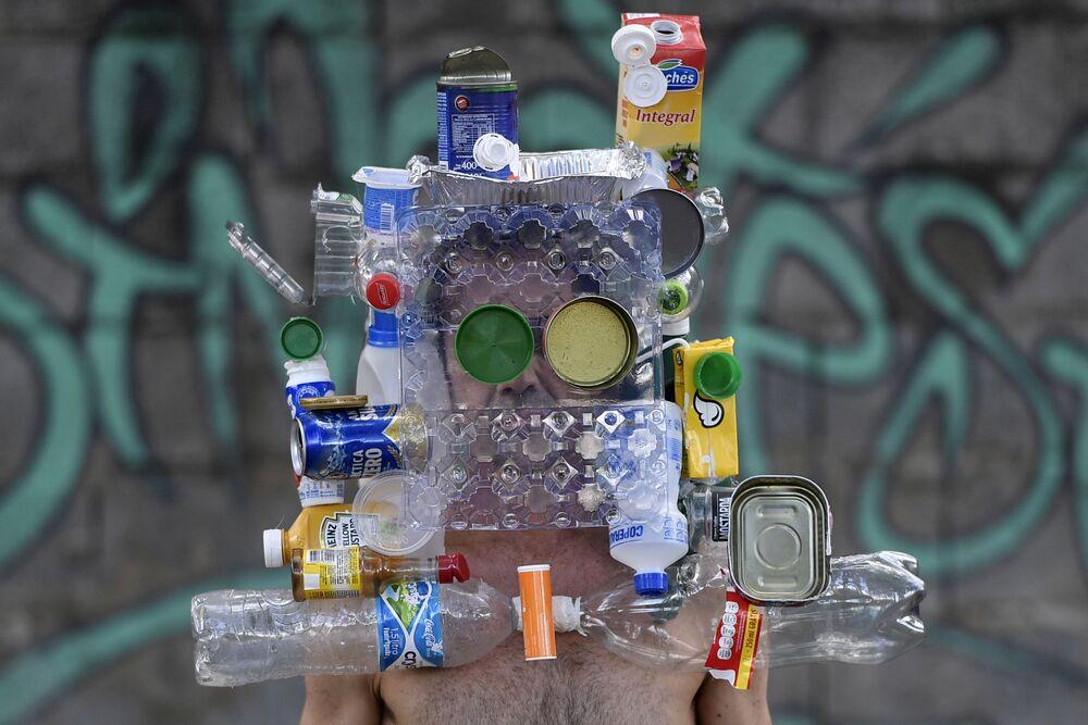 Çöpten yapılan maske takan Brezilyalı fotoğrafçı.