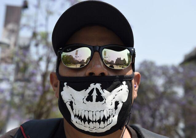 Meksika'da görüntülenen koruyucu maskeli adam.