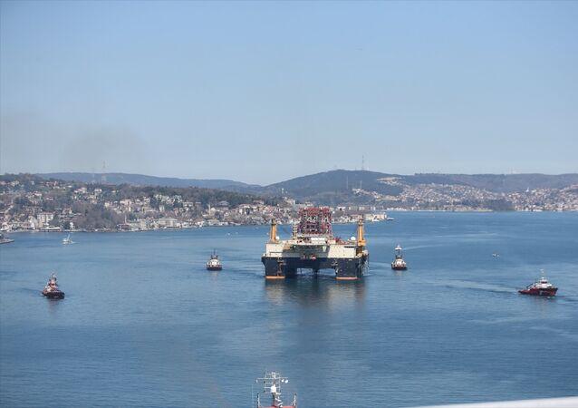 Platformun geçişi nedeniyle İstanbul Boğazı, gemi geçişlerine kapatıldı. Dev platform, Boğaz geçişini 6 saatte tamamladıktan sonra saat 16.00'da Marmara Denizi'ne çıkmış olacak.