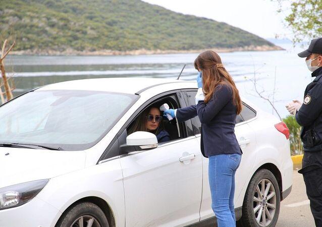 Kaş Kaymakamı Bülent Karacan, ilçede şu ana kadar korona virüs vakası görülmediğini kaydetti.  Jandarma ekipleri ilçeye giriş ve ilçeden çıkış yapan araçları durdurarak sürücüleri ve yolcuları kontrol ediyor.