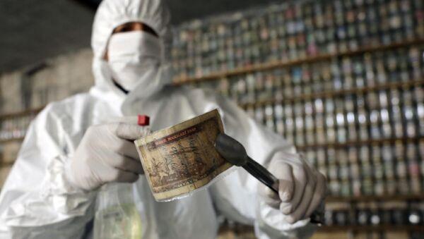 Gaziantep'te bulunan Devr-i Alem Para Müzesi'nin sahibi Esat Kaplan, corona virüs nedeniyle müzesinde bulunan yaklaşık 4 ton parayı dezenfekte edip, kavanozlarda muhafaza etmeye başladı. - Sputnik Türkiye