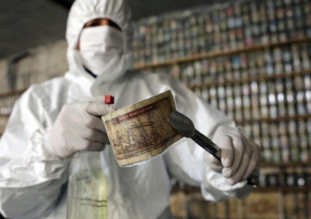 Gaziantep'te bulunan Devr-i Alem Para Müzesi'nin sahibi Esat Kaplan, corona virüs nedeniyle müzesinde bulunan yaklaşık 4 ton parayı dezenfekte edip, kavanozlarda muhafaza etmeye başladı.