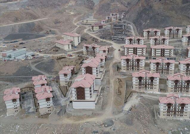 Kars'ın Sarıkamış ilçesinde bir, Artvin'in Yusufeli ilçesinde 4 köyde yaşayan vatandaşların, baraj projeleri nedeniyle belirlenen yerlere nakledilmesi ve yerleşimlerinin sağlanması kararlaştırıldı.