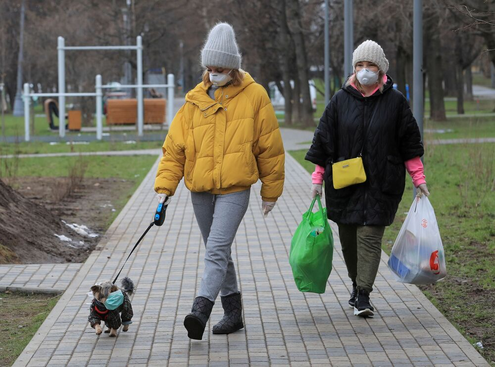 Rusya'nın başkenti Moskova'da maskeli köpek gezdiren kadınlar