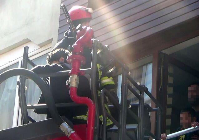 Gece balkondan düşen kadının eşi ve çocuklarını itfaiye ekipleri kurtardı - Denizli