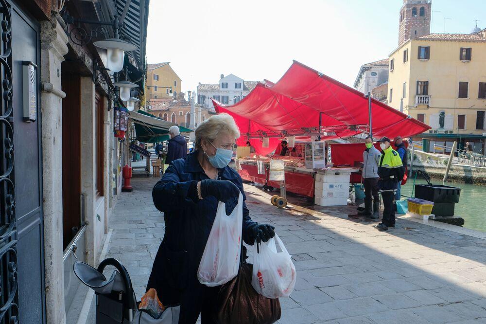 Korona virüsünden en çok etkilenen ülkeler arasında olan İtalya'da karantina önlemleri kademeli olarak kaldırılıyor.
