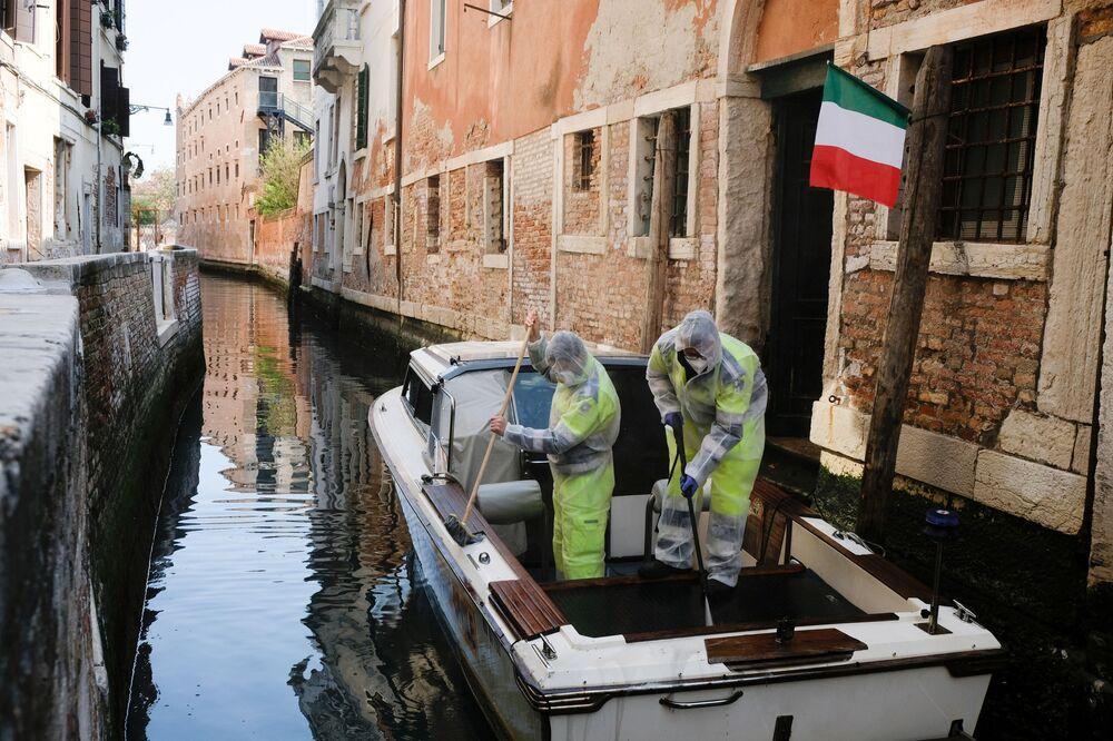 Venedik Belediyesi tarafından  kanallarda  yürütülen dezenfeksiyon çalışmaları.