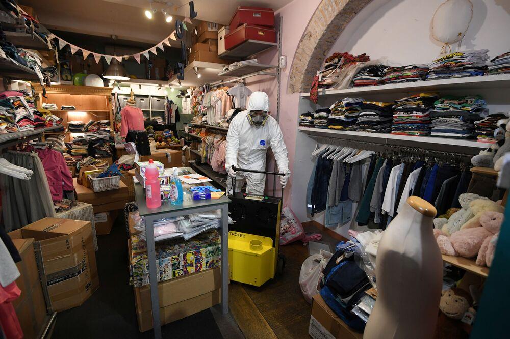 Yeniden açılmasına izin verilen işletmeler arasında kitapçılar, çamaşırhaneler, kırtasiye dükkanları, bebek ve çocuk mağazaları yer alıyor.