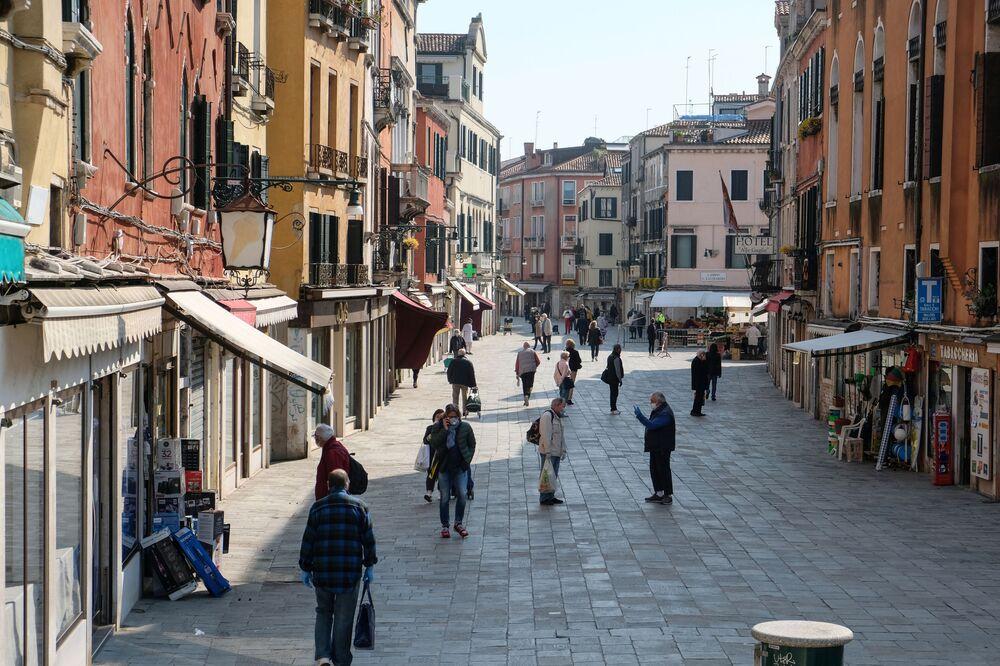 İtalya'da salgından en çok etkilenen Lombardiya ve Veneto bölgelerinde ise kitapçıların ve kırtasiyelerin açılmasına henüz izin verilmiyor.