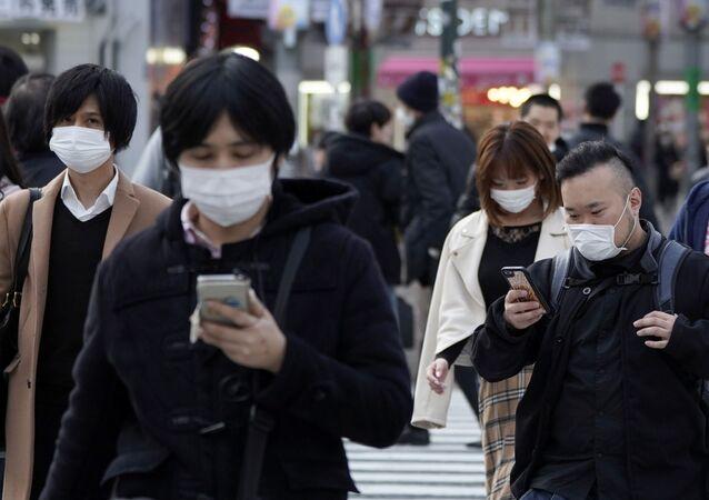 Koronavirüs önlemleri çerçevesinde maskeli yayalar, Tokyo, Japonya