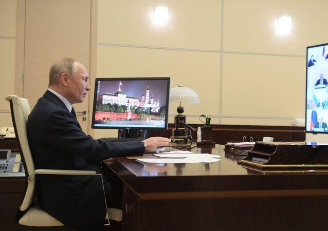 Hükümete Rus ekonomisindeki sistem oluşturan işletmelerin listesini hazırlama talimatı veren Putin, Bu liste, net ve objektif kriterlere dayanmalı ve sadece ulusal ekonomi için önem arz eden işletmeleri kapsamalı dedi.