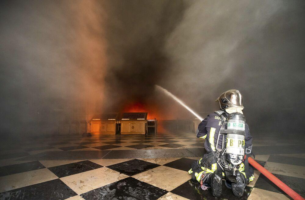 Yaklaşık 500 itfaiyecinin müdahale ettiği yangın, 8,5 saat sonra söndürüldü.