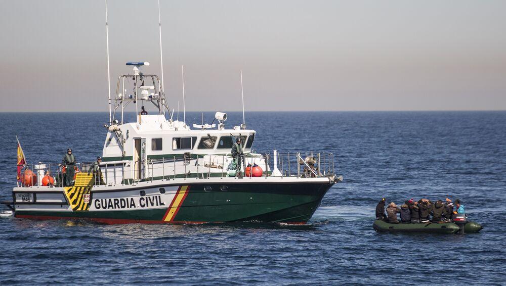 İspanya'nın Almeria kentinden 20 km uzaklıkta Alboran Denizi açıklarında kaçak Afrikalı göçmenleri taşıyan botun alıkonulması