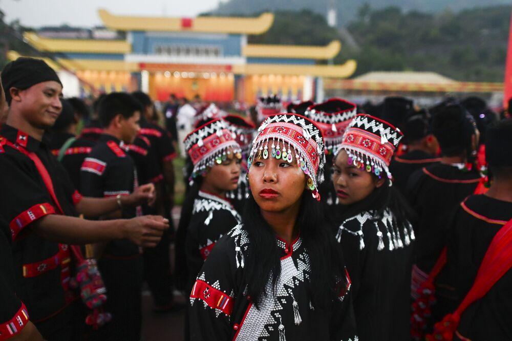 Myanmar'da düzenlenen geleneksel geçit töreninin milli kıyafetli katılımcıları