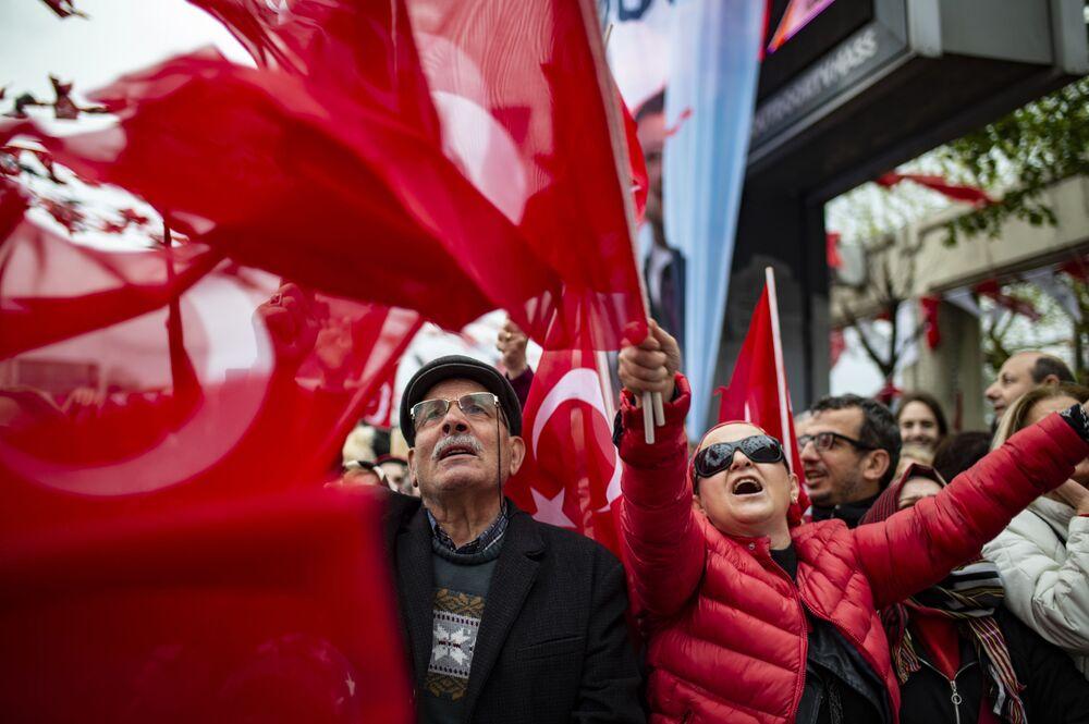 15 Nisan 2019 tarihinde İstanbul'un Cumhuriyet Meydanı'nda seçilen İBB Başkanı  Ekrem İmamoğlu'nun düzenlediği mitinge katılanlar
