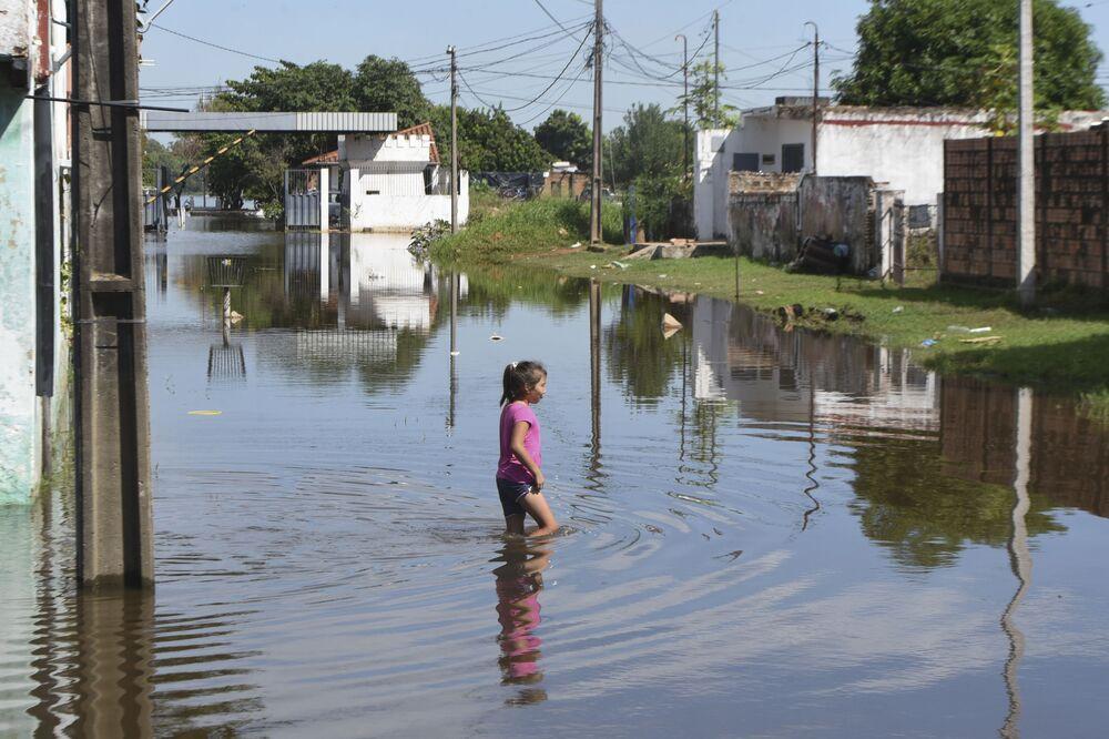 Paraguay'da şiddetli yağışların neden olduğu sel felaketinden 20 bin aile etkilendi, başkent Asuncion'da acil durum ilan edildi.