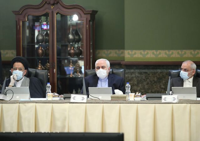 İran kabine toplantısında maske takan Dışişleri Bakanı Cevad Zarif (ortada)