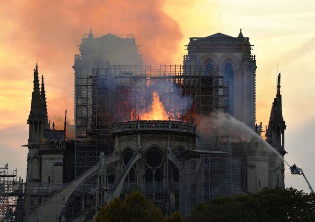 Fransa'nın başkenti  Paris'in merkezindeki dünyaca ünlü Notre-Dame Katedrali'nde büyük bir yangın çıktı. Yaklaşık 500 itfaiyecinin müdahale ettiği yangın, 8,5 saat sonra söndürüldü.
