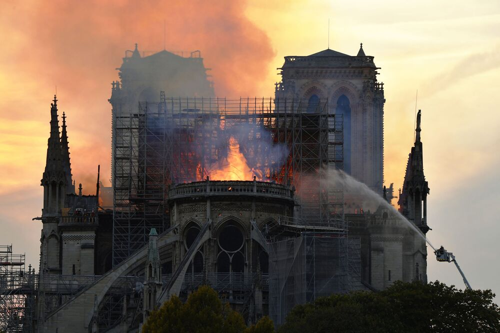 Fransa'nın başkenti  Paris'in merkezindeki dünyaca ünlü Notre-Dame Katedrali'nde büyük bir yangın çıktı.