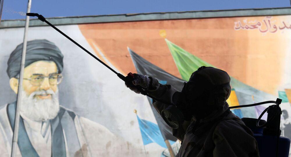 İran Devrim Muhafızları Besic güçleri koronavirüsten koruyan kıyafetler giymiş halde Tahran'da dezenfeksiyon çalışması yaparken