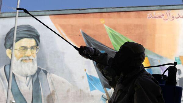 İran Devrim Muhafızları Besic güçleri koronavirüsten koruyan kıyafetler giymiş halde Tahran'da dezenfeksiyon çalışması yaparken - Sputnik Türkiye
