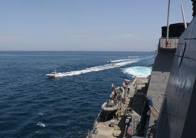 ABD Donanması, İran Devrim Muhafızları Ordusuna (DMO) bağlı sürat botlarının Basra Körfezi'ndeABD savaş gemilerini taciz ettiğini açıkladı.