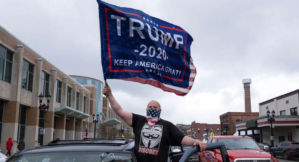 Karantinayı protesto edenler, doluştukları araçlarla kornolara basarak Michigan Eyaleti Kongresi binalarının bulunduğu caddeyi saatlerce trafiğe kapattı, araçlardan inenler Kongre binalarının önünde gövde gösterisi yaptı.