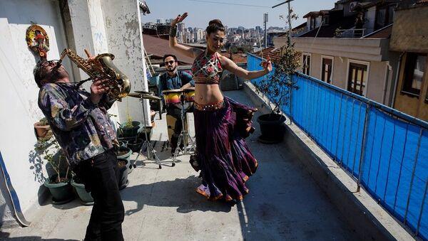 Sokağa çıkamayan komşularına danslı müzikli konser verdiler  - Sputnik Türkiye