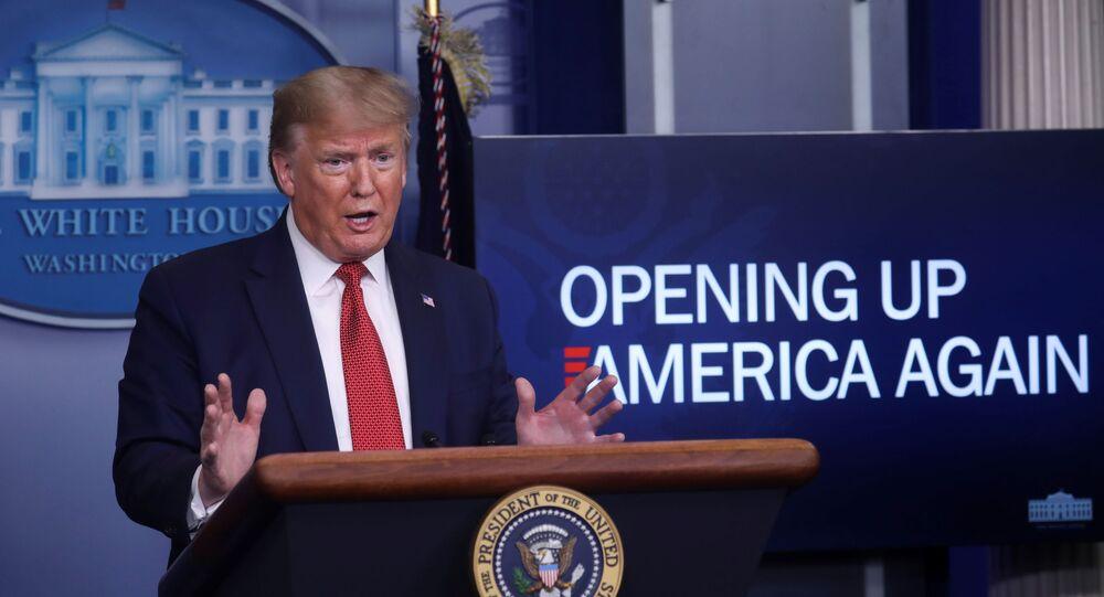 ABD Başkanı Trump, ülkesinde alınan koronavirüs önlemlerinin 3 aşamalı şekilde gevşetileceğini ancak kararın eyalet valilerinde olduğunu duyurdu.