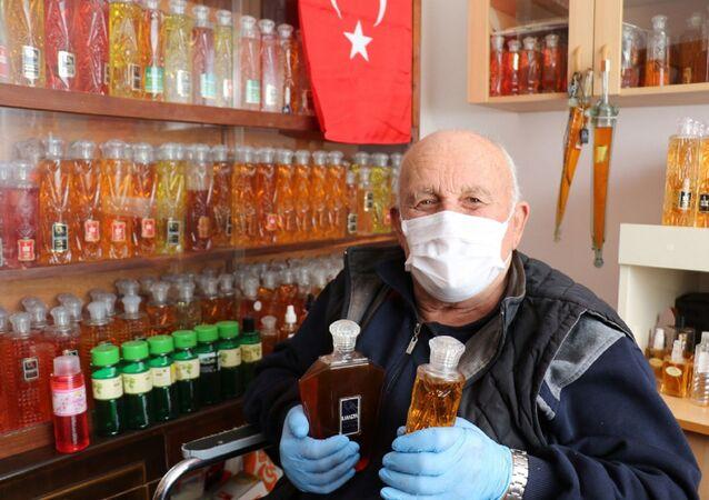 Samsun'un Alaçam ilçesinde yaşayan Necmi Hopaç, 50 yılda yaklaşık 3 bin şişe kolonya biriktirdi. Hopaç şimdi kolonyalarını koronavirüs salgını nedeniyle dağıtıyor.