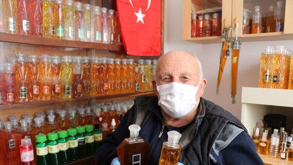 Samsun'un Alaçam ilçesinde yaşayan Necmi Hopaç, 50 yılda yaklaşık 3 bin şişe kolonya biriktirdi. Hopaç şimdi kolonyalarını koronavirüs salgını nedeniyle dağıtıyor. - Sputnik Türkiye