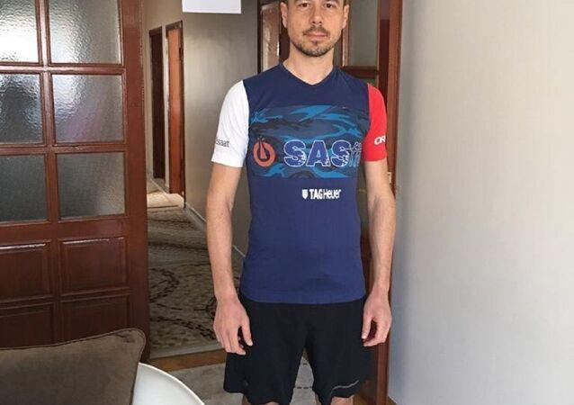 Evde maraton koştu, 42 kilometreyi 2 bin 100 tur atarak tamamladı