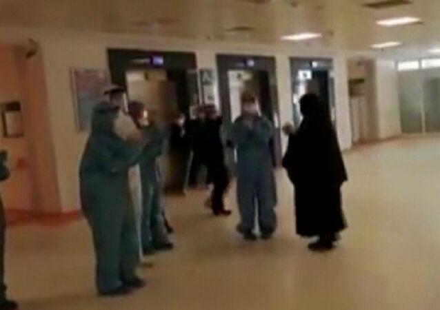 İstanbul'da koronavirüsü yenen 75 yaşındaki kadın, penguen dansı ile taburcu edildi