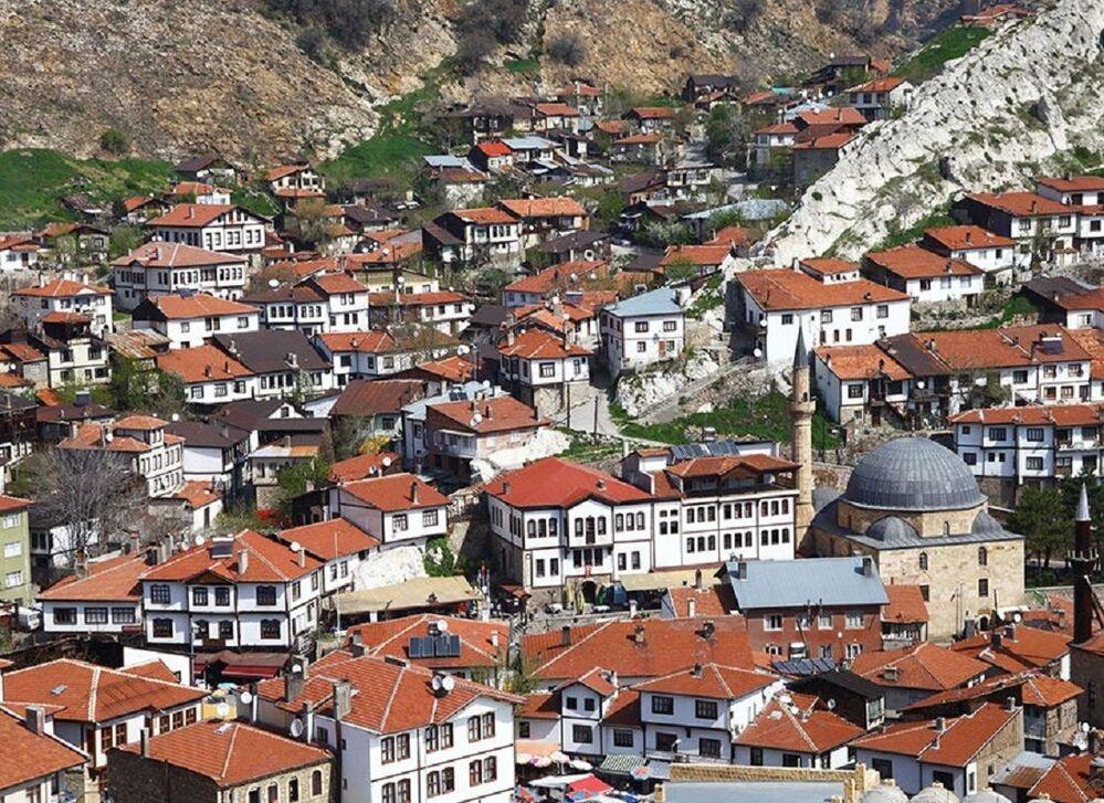 Tarihi ticaret merkezini çevreleyen ve daha çok 19 ile 20. yüzyılın başlarında inşa edilen geleneksel evlerin yer aldığı mahallelerden oluşan Ankara'nın Beypazarı ilçesi, İnözü Vadisi ile dönemin ekolojik, çarşısıyla ekonomik, ev mimarisiyle teknolojik ve geleneksel kıyafetleriyle de sosyo-kültürel koşullarını ortaya koyuyor. Osmanlı şehirciliğinin korunmuş bir örneği olan tarihi kent, Selçuklu ve Osmanlı dini mimarisinin bozulmamış ürünlerini, iç ve dış mekânsal düzenlerini, malzeme özelliklerini, yapısal unsurlarını, iç tasarım öğelerini ve doğaya uygun sokak dokuları ile geleneksel Türk evlerinin paha biçilmez örneklerini koruduğu için 'Beypazarı Tarihi Kenti' olarak Dünya Miras Geçici Listesi'nde yer alıyor.