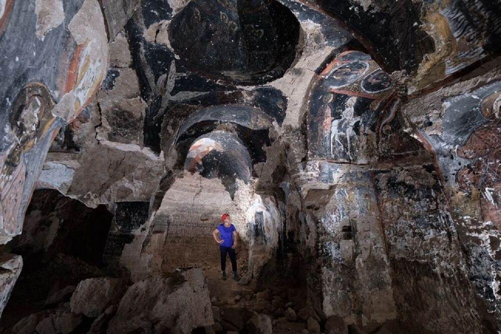 Kayseri'deki Koramaz Vadisi'nde binlerce yıldır yaşayan insanların kayalara oyarak mezar, mesken, depo ve ibadethane olarak kullandıkları mekânlar günümüzde halen daha kullanılıyor. Antik dönem yerleşimlerinin de yer aldığı vadi içerisinde sayıları yüzlerce olan güvercinlikler, columbariumlar (Roma döneminde yakılmış bedenlerden kalan küllerin saklandığı toplu mezarlar), anıt mezarlar, tümülüsler, yer altı savunma yapıları, yaşam alanları, ibadet alanları (antik tapınaklar ve kiliseler), ağıllar, gözetleme noktaları gibi çok sayıda farklı kullanım amaçlı yapı bulunuyor. Birçok medeniyetin izine rastlamanın mümkün olduğu bölgede Hristiyanlığın serbest kalmasıyla beraber geç Roma veya erken Bizans'ta bu mağaralar kilise olarak yeniden şekillendirilmiş. Selçuklu ve Osmanlı hâkimiyetiyle birlikte kiliselerin bir kısmı yine dini yapı olarak kullanılmaya devam edilirken, bu durum ise vadiyi oldukça değerli kılıyor.