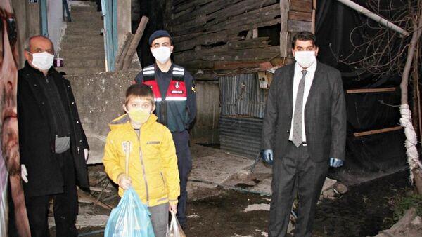 Evden çıkamayan 10 yaşındaki çocuk, 'Yasal hakkım' diyerek jandarmadan cips istedi - Sputnik Türkiye