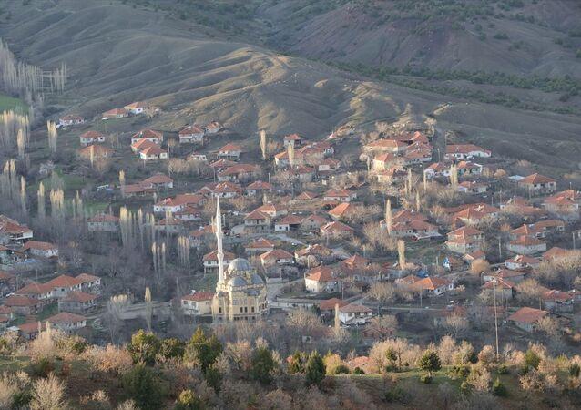 Yozgat'ın Çekerek ilçesi Yukarıkarahacılı köyünde, yeni tip koronavirüs (Kovid-19) tedbirleri kapsamında uygulanan karantina kaldırıldı.