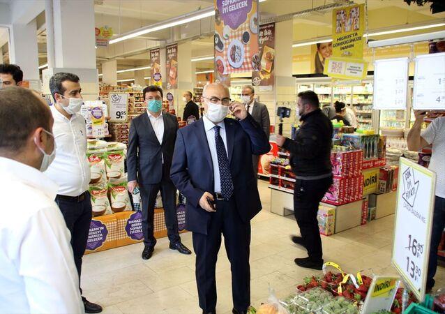 Aydın Valisi Yavuz Selim Köşger (sağda), sokağa çıkma kısıtlaması öncesinde, Mimar Sinan Mahallesi'nde market, fırın, kasap gibi iş yerlerinde denetim yaptı.