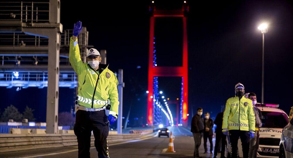 Yeni tip koronavirüs (Kovid -19) salgınıyla mücadele kapsamında gece yarısı başlayan sokağa çıkma kısıtlamasına uymayanlara 15 Temmuz Şehitleri Köprüsü Anadolu Yakası'nda saat 00.00'dan sonra araçları durdurarak kontrol eden polis ekipleri tarafından ceza uygulandı.